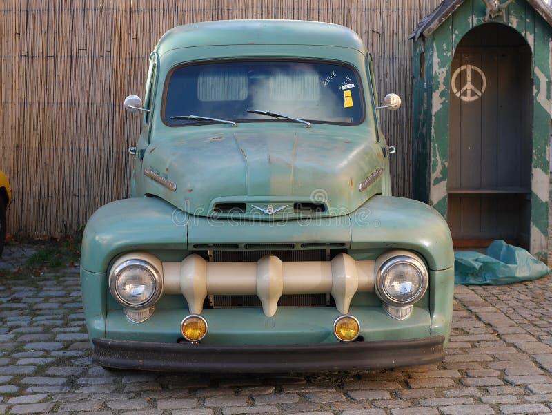 Camionete velho do verde do vintage imagens de stock royalty free