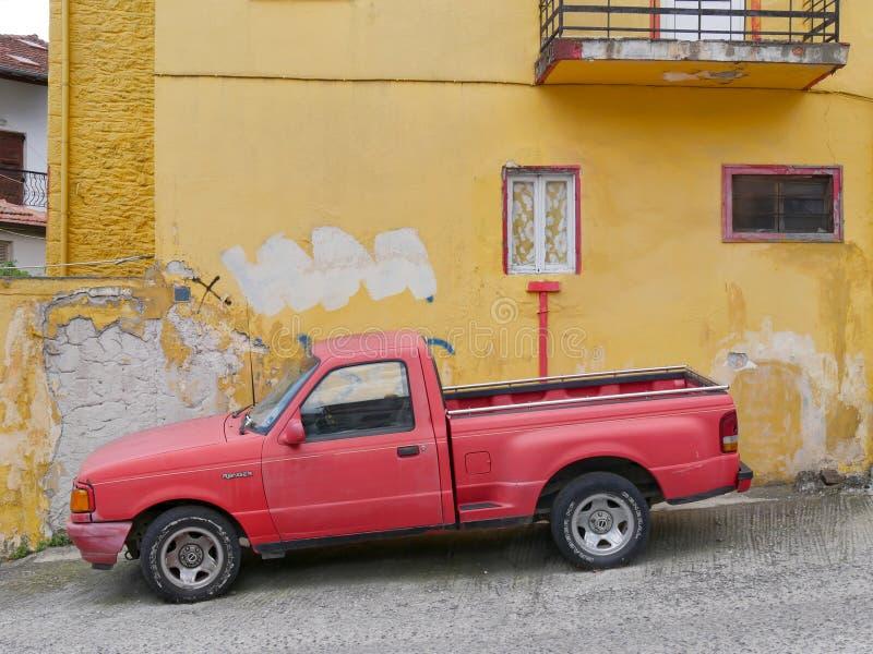 Camionete vermelho velho da guarda florestal de Ford em Grécia rural foto de stock royalty free