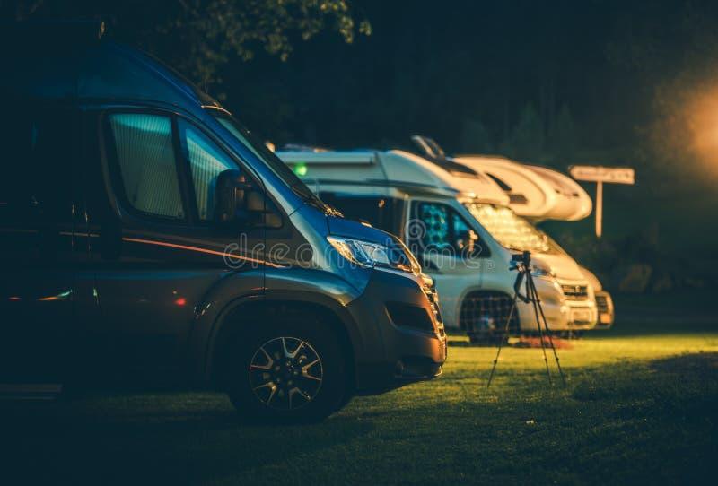 Camionetes de campista no parque do rv fotos de stock royalty free