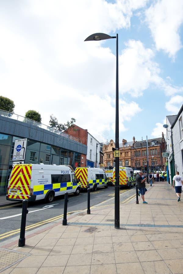 Camionetes de polícia mobilizadas antes de um protesto imagens de stock royalty free