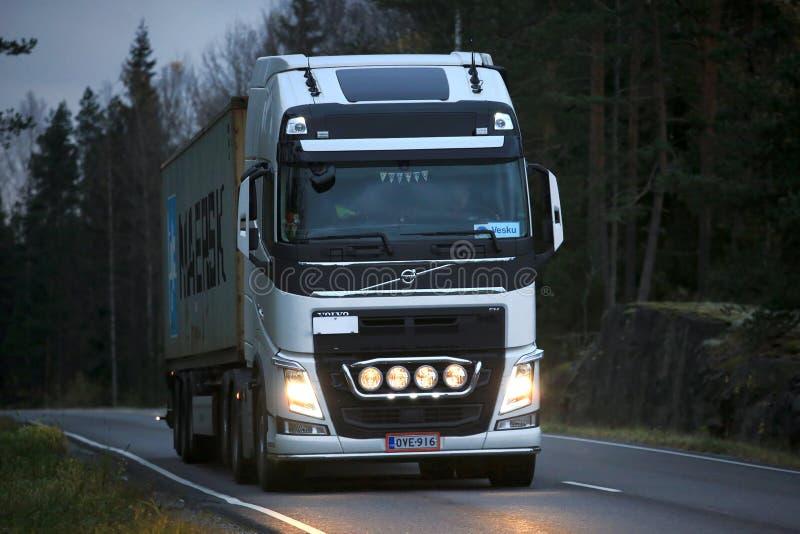 Camionnage de fin de nuit de remorque blanche de Volvo FH semi image stock
