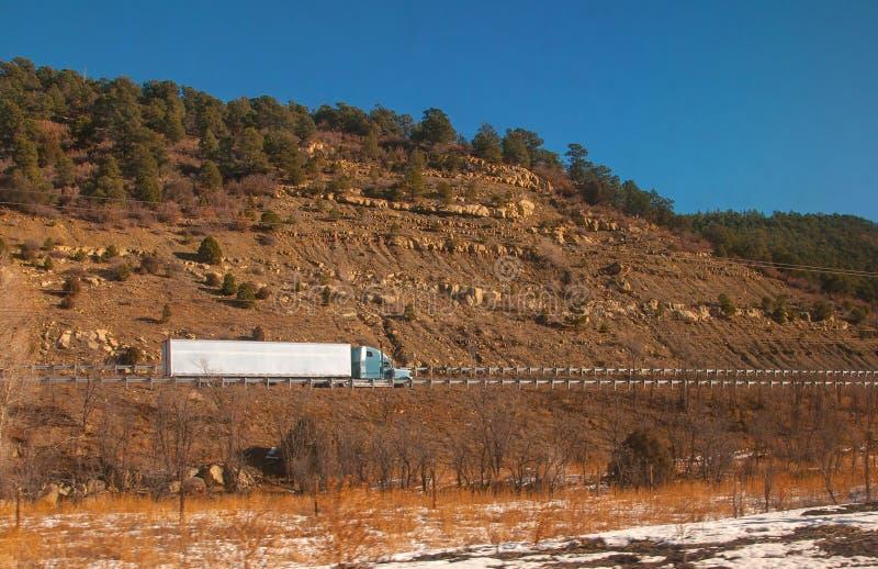 Camionnage sur l'autoroute photo libre de droits