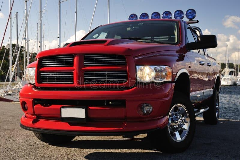 camionnette de livraison 4x4 rouge dans le port images stock