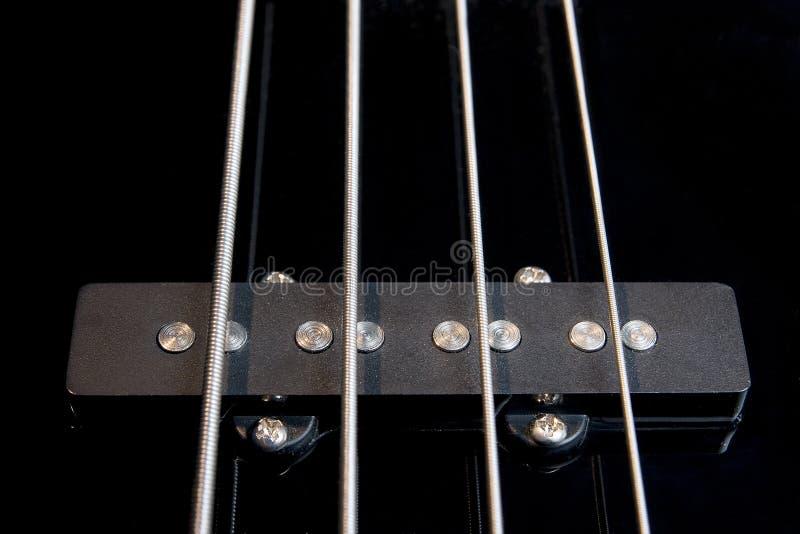 Camionnette de livraison noire de guitare basse avec les chaînes de caractères tendues images stock