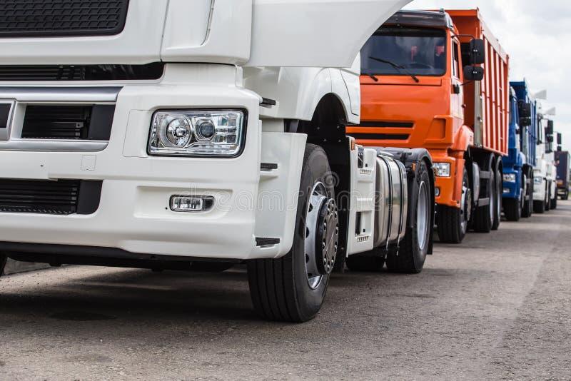 Camions, camions à benne basculante, semis-remorque photos stock