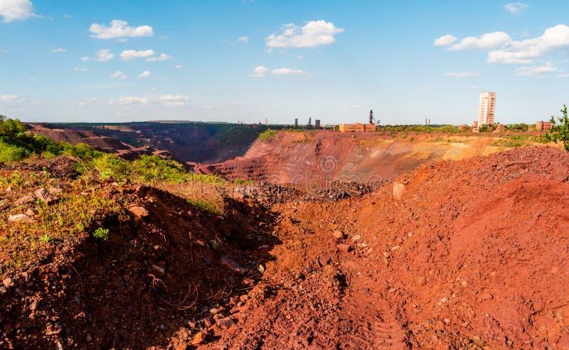 Camions à la mine à ciel ouvert dans Kryvyi Rih, Ukraine photo libre de droits