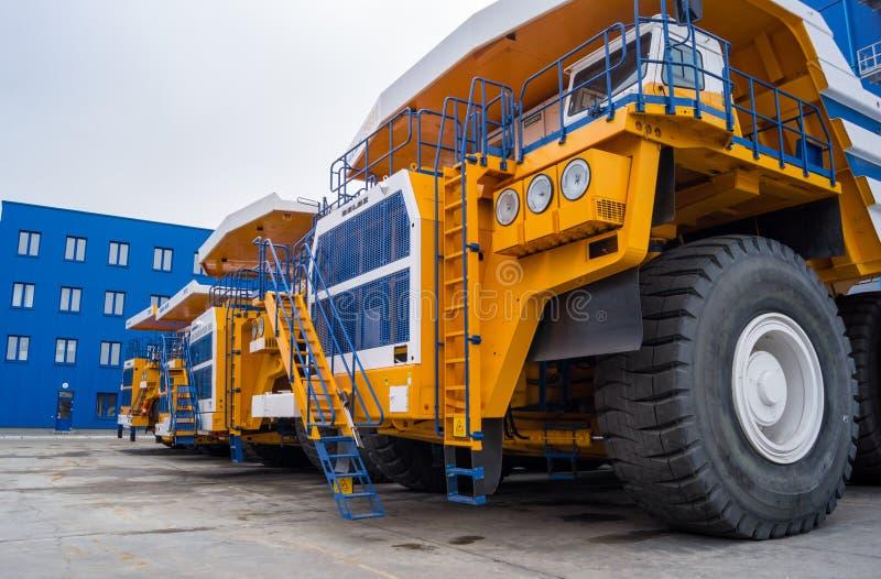 Camions énormes BelAZ dans une rangée photos libres de droits