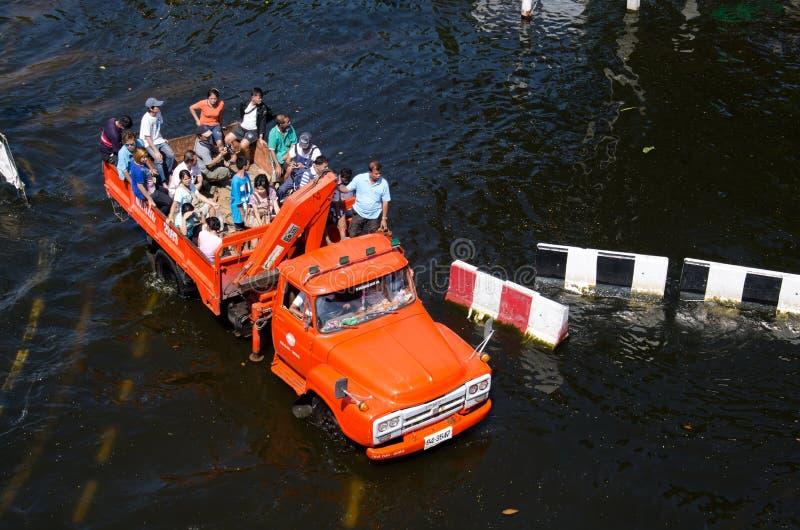 Camions aux réfugiés de la zone noyée. images stock