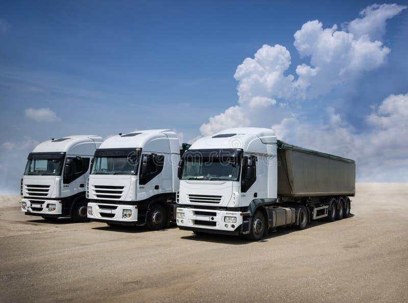 Camions blancs garés photos libres de droits
