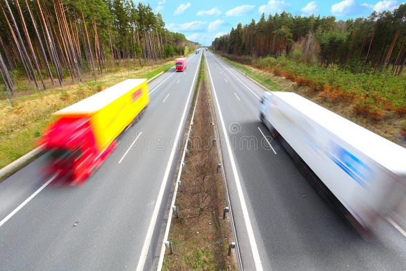 Camions brouillés par mouvement sur l'omnibus. photographie stock libre de droits