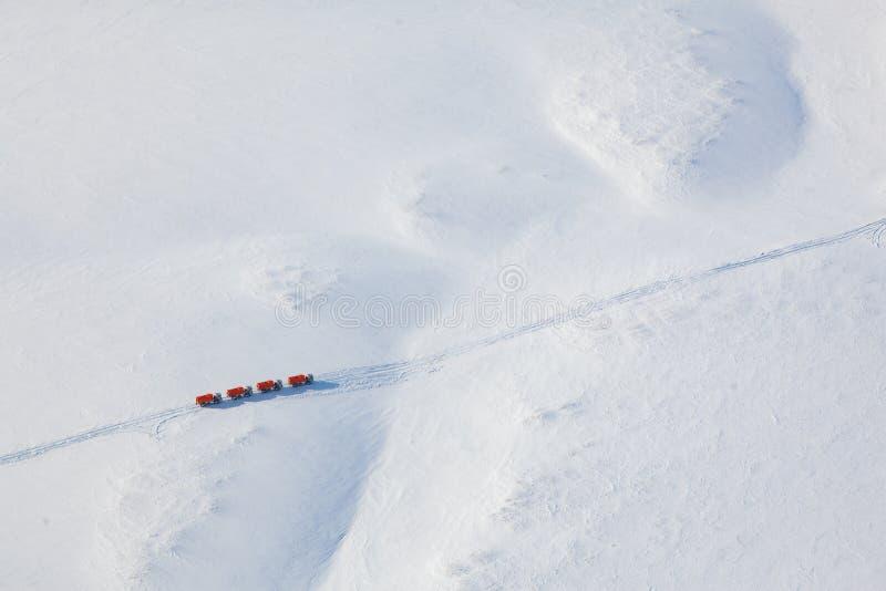 Camions dans la toundra d'hiver d'en haut image libre de droits