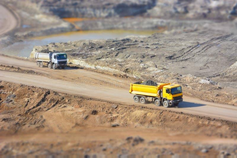 Camions dans une mine de charbon photo stock