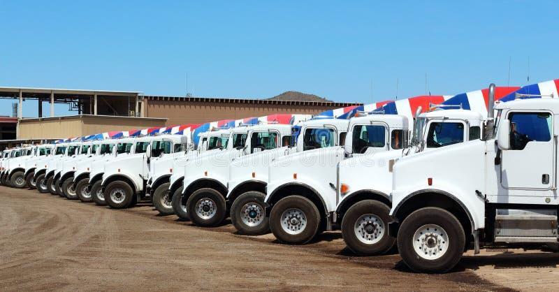 Camions de construction de ciment images libres de droits