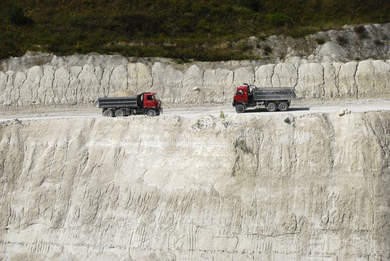 Camions de dumper dans une piqûre de craie photos libres de droits
