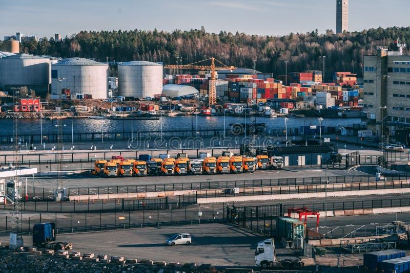Camions de Scania dans le transport de attente de Frihamnen aux costumers une soir?e de ressort images libres de droits