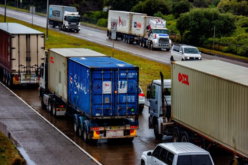 Camions de semi-remorque de conteneur de cargaison sur la route principale photos stock