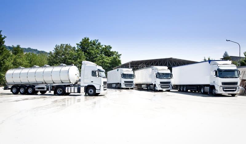 Camions et bateau-citerne images libres de droits