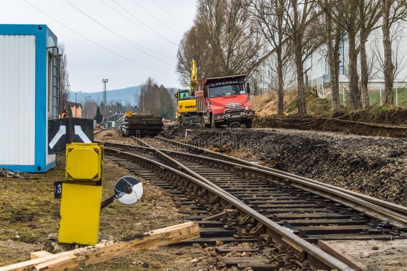 Camions et tout autre équipement construisant une voie de chemin de fer photographie stock