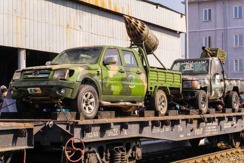 Camions improvisés d'arme à feu des terroristes sur une plate-forme ferroviaire photographie stock libre de droits