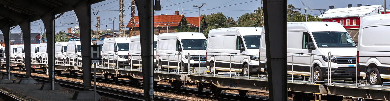 Camions Vw neufs sur un train de marchandises près de Francfort-sur-l'Allemagne images libres de droits