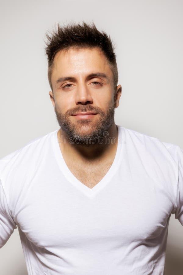 Camisa abierta del hombre barbudo imagenes de archivo