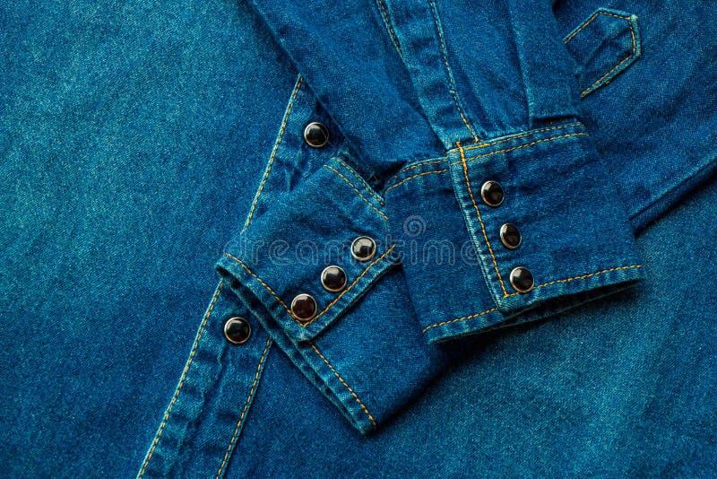 Camisa azul del dril de algodón imagenes de archivo