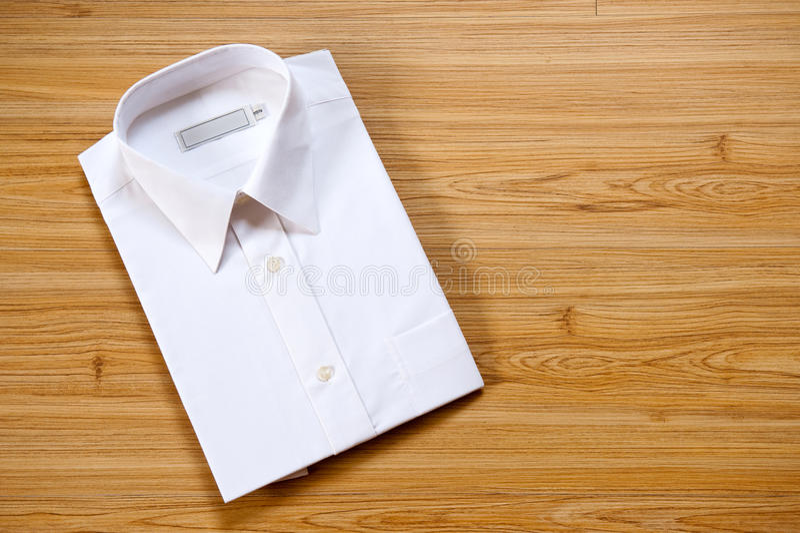 Camisa blanca en blanco doblada fotos de archivo