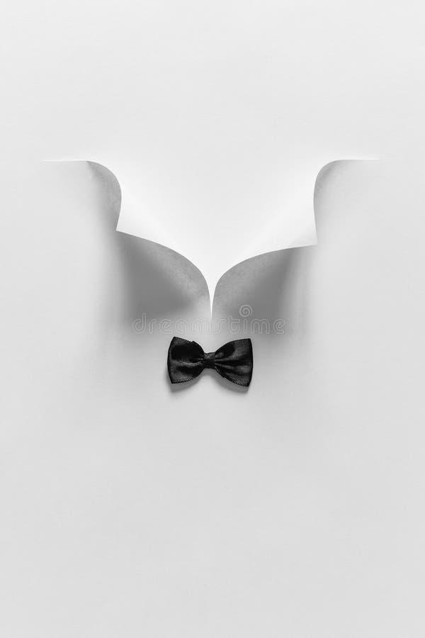 Camisa branca e laço do colar de papel O dia de pai ou o conceito do casamento Estilo mínimo foto de stock royalty free
