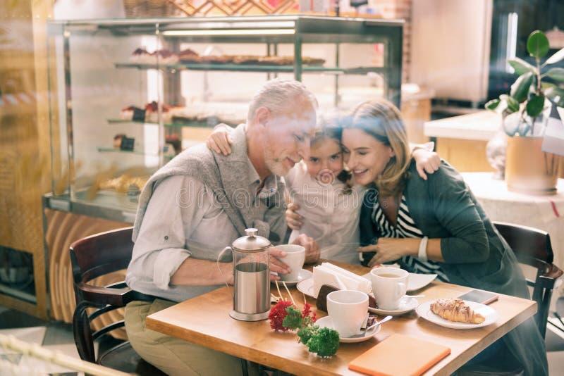 Camisa branca vestindo de amor da neta que abraça suas avós fotografia de stock royalty free