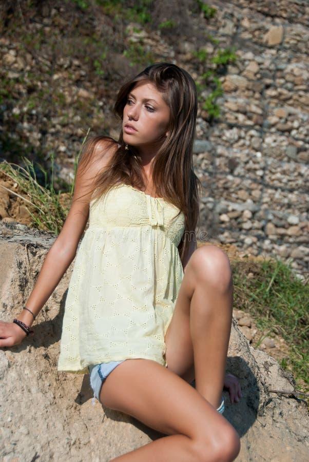 Camisa corta y amarilla de la señora de la mezclilla delgada joven del desgaste imagenes de archivo
