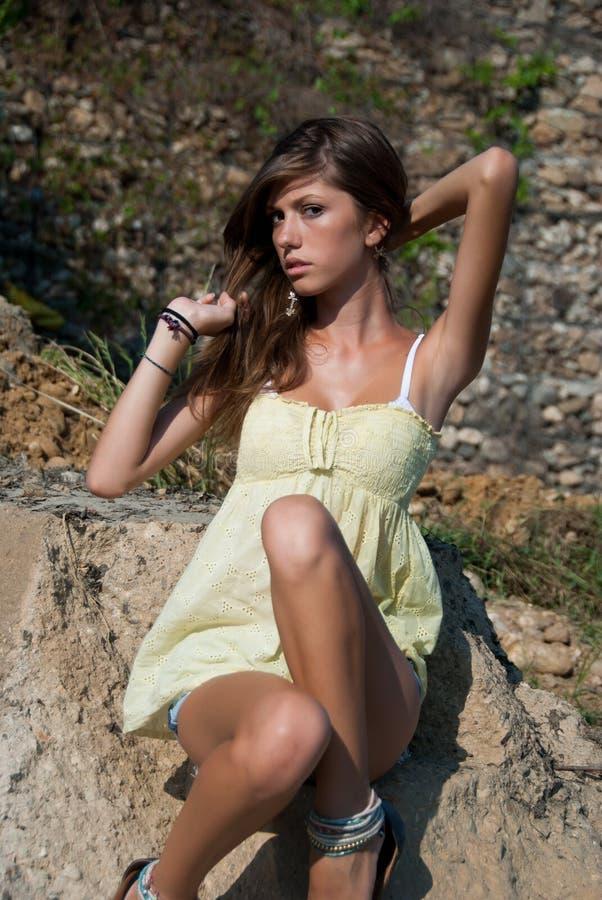 Camisa corta y amarilla de la señora de la mezclilla delgada joven del desgaste fotografía de archivo