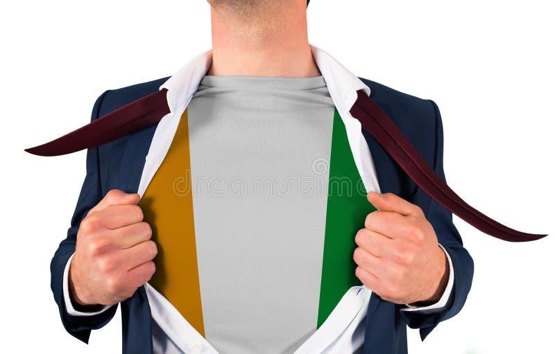 Camisa da abertura do homem de negócios para revelar a bandeira da Costa do Marfim fotos de stock