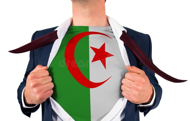 Camisa da abertura do homem de negócios para revelar a bandeira de Argélia imagens de stock royalty free