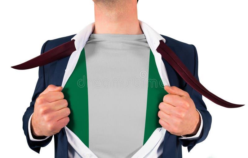 Camisa da abertura do homem de negócios para revelar a bandeira de Nigéria fotografia de stock royalty free