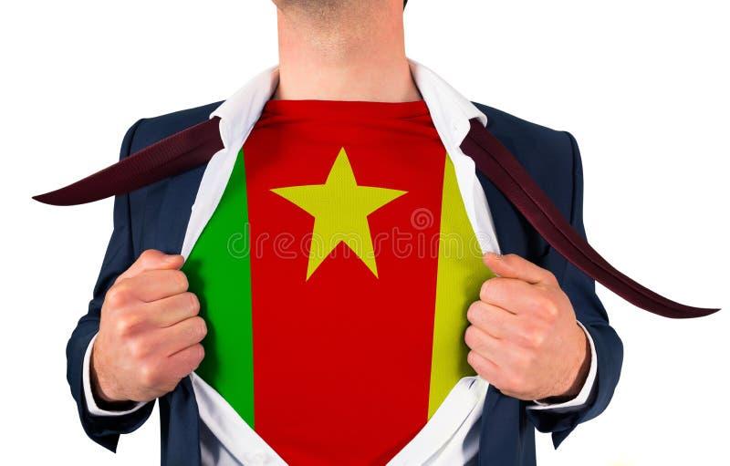 Camisa da abertura do homem de negócios para revelar a bandeira de República dos Camarões foto de stock