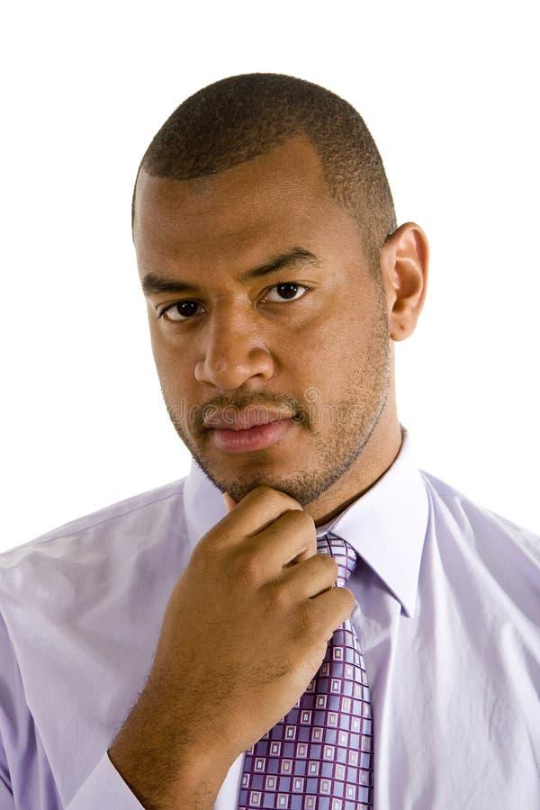 Camisa da alfazema do homem negro e mão do laço no queixo foto de stock royalty free