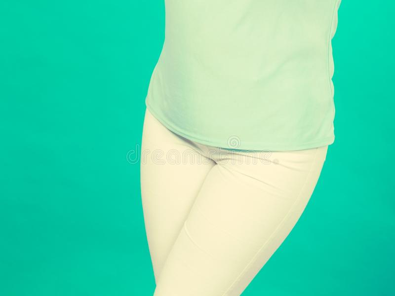 Camisa del cadera de la mujer, azul de la blusa y pantalones blancos foto de archivo