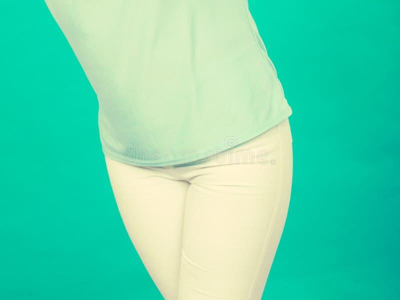 Camisa del cadera de la mujer, azul de la blusa y pantalones blancos fotografía de archivo