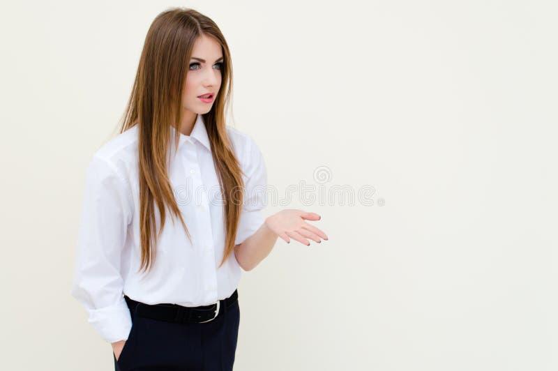 A camisa do homem vestindo novo da mulher de negócio que mostra o copyspace imagens de stock royalty free