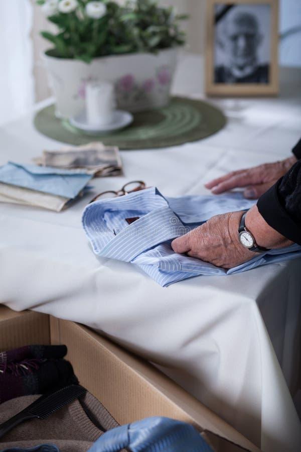 A camisa do marido inoperante de embalagem imagem de stock royalty free