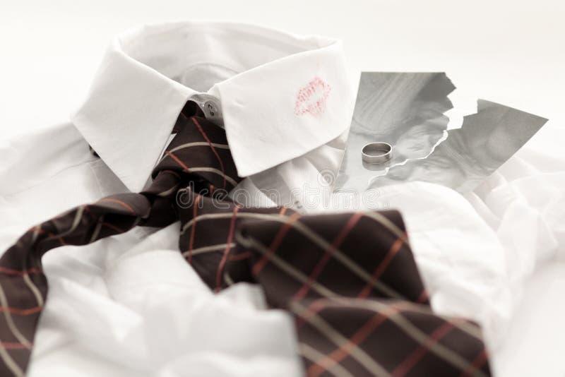 Camisa dos homens com ponto do batom imagem de stock royalty free
