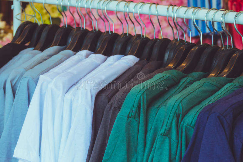 camisa en el estante fotografía de archivo