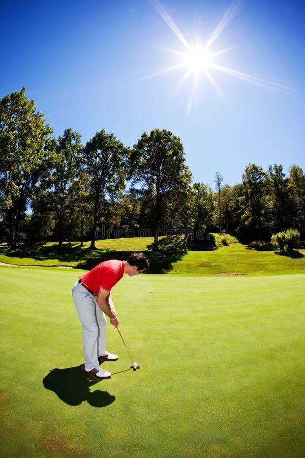 Camisa masculina branca nova do vermelho do jogador de golfe foto de stock royalty free