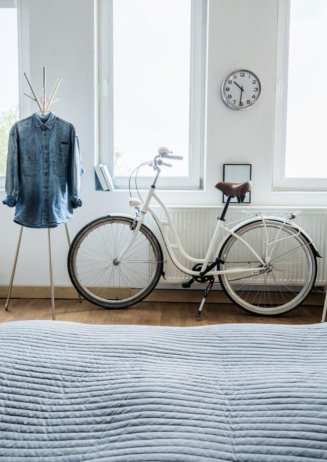 Camisa moderna de la bicicleta y del dril de algodón imagenes de archivo