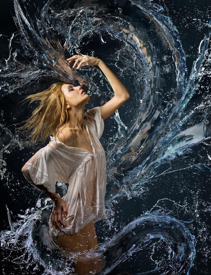 Camisa Molhada Da Menina E Um Dragão De água Imagem de Stock