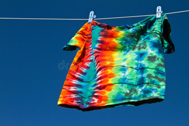Camisa no clothesline fotografia de stock royalty free