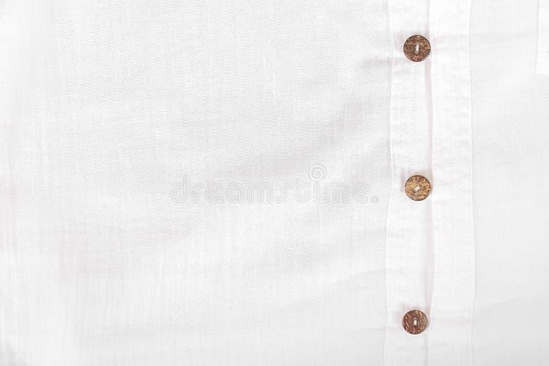 Camisa ocasional branca com o botão de shell do coco foto de stock royalty free