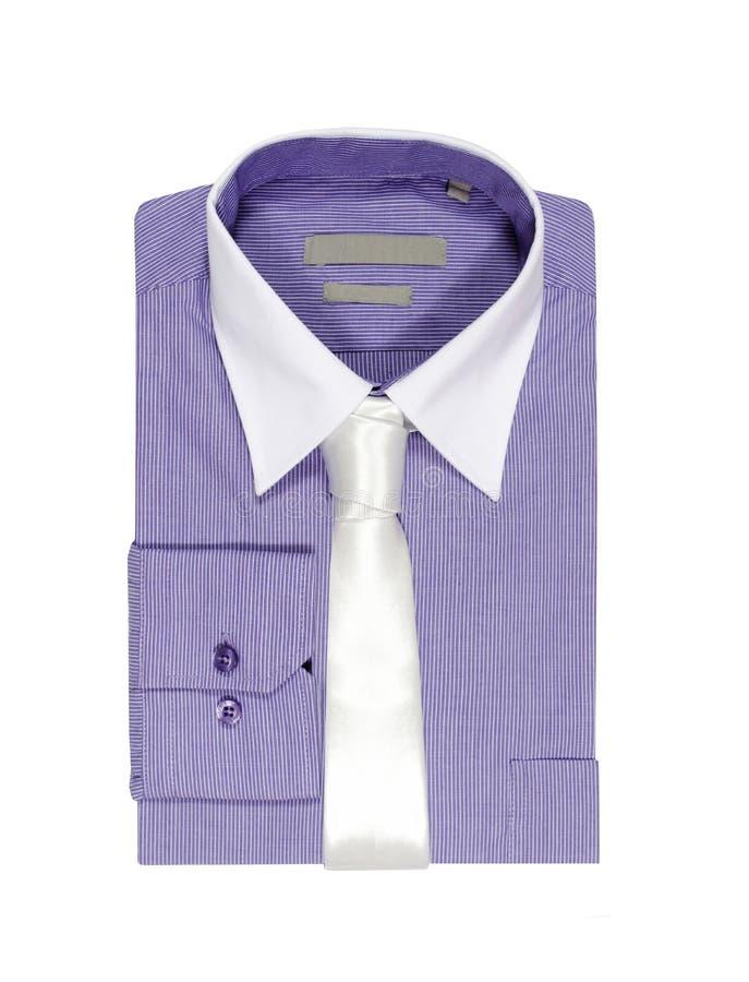 Camisa púrpura doblada en el fondo blanco. fotos de archivo