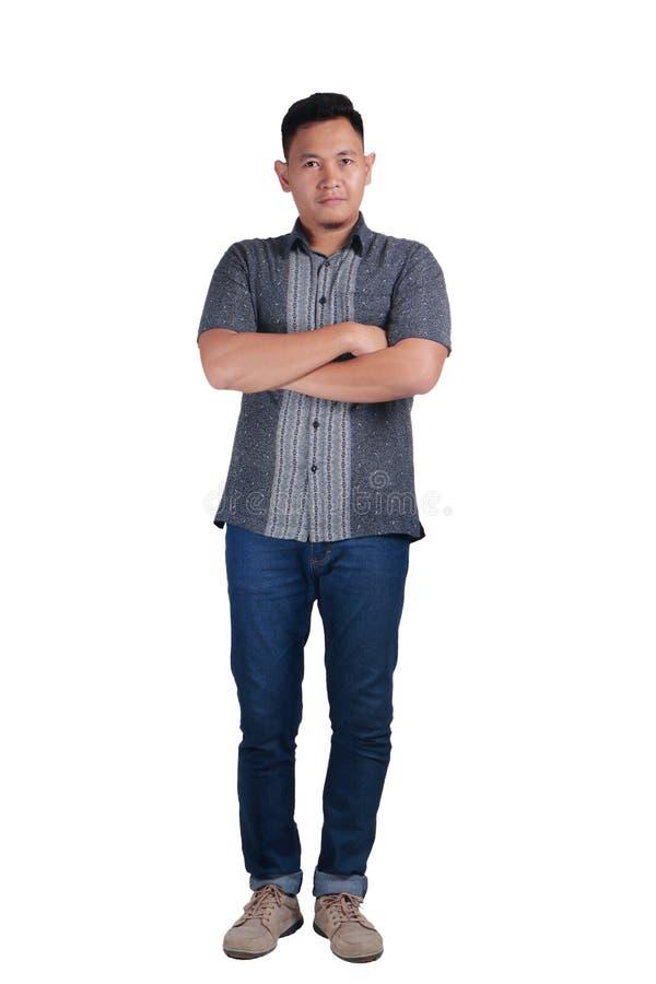 Camisa permanente del batik del hombre que lleva asiático joven imagen de archivo
