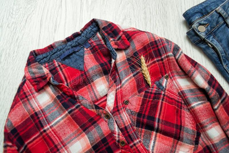 Camisa quadriculado, ponto na calças de ganga do bolso conceito elegante imagens de stock royalty free